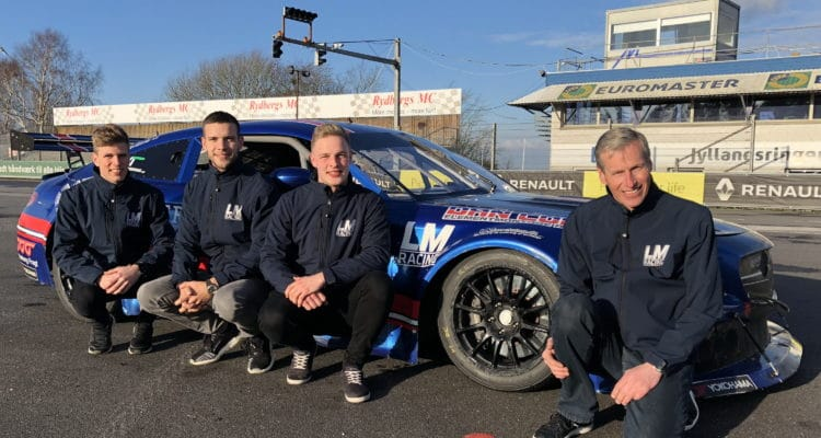 Teamchef Lars Mogensen med LM Racings 2018-lineup: (f.v.) Jacob Mathiassen, Dennis Lind og Frederik Schandorff