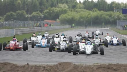 FF-2013-25 - De tre titelkandidater var også i front ved Formel Ford-klassen sidste besøg på Padborg Park: her er det Michael Markussen, Lasse Sørensen og Frederik Schandorff, som kæmper om at komme først ind i første sving (fotograf Henning Smed).