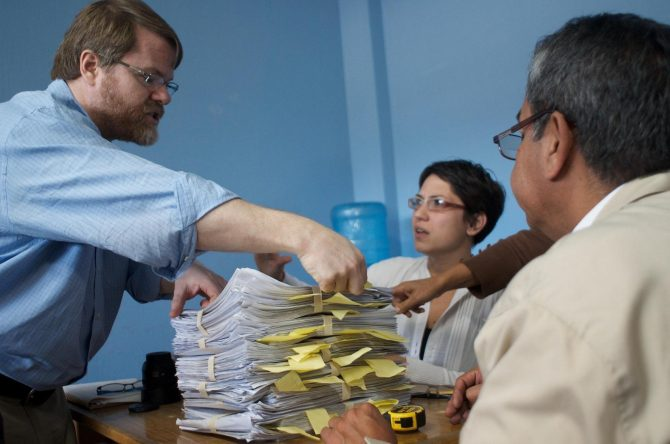 Founder Patrick Ball teaching how to do random sampling with the Historical Archive of the National Police in Guatemala in 2012 (Photo: HRDAG)