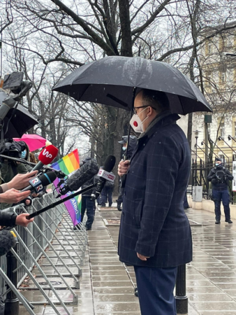 Ombudsmann Adam Bodnar snakker med pressen utenfor Konstitusjonsdomstolen i Warszawa, torsdag 16.4.2021
