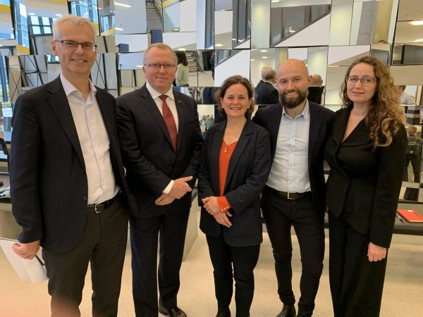 The Thorolf Rafto Challenge is a collaboration between NHH, IHRB and the Rafto Foundation. From Left: Rector NHH Øystein Thøgersen, CEO Eldar Sætre, Frances House (IHRB), Jostein Hole Kobbeltvedt and Therese Jebsen, the Rafto Foundation