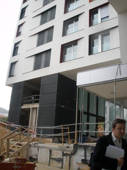 aqui se ve mejor quieres decir estas persianas negras esto no es un local  por cierto el de la foto es el sr,  arquitecto