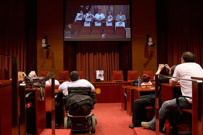 Unidos, unos dentro de la sala de plenos, otros en la de video