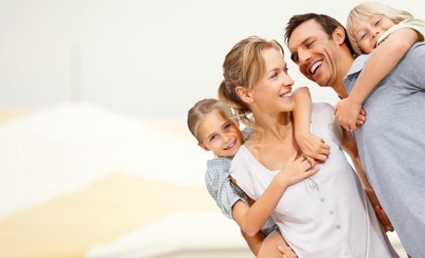 Familia feliz con seguro de vida