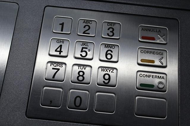 Comisiones en los cajeros automáticos: la alianza entre los bancos