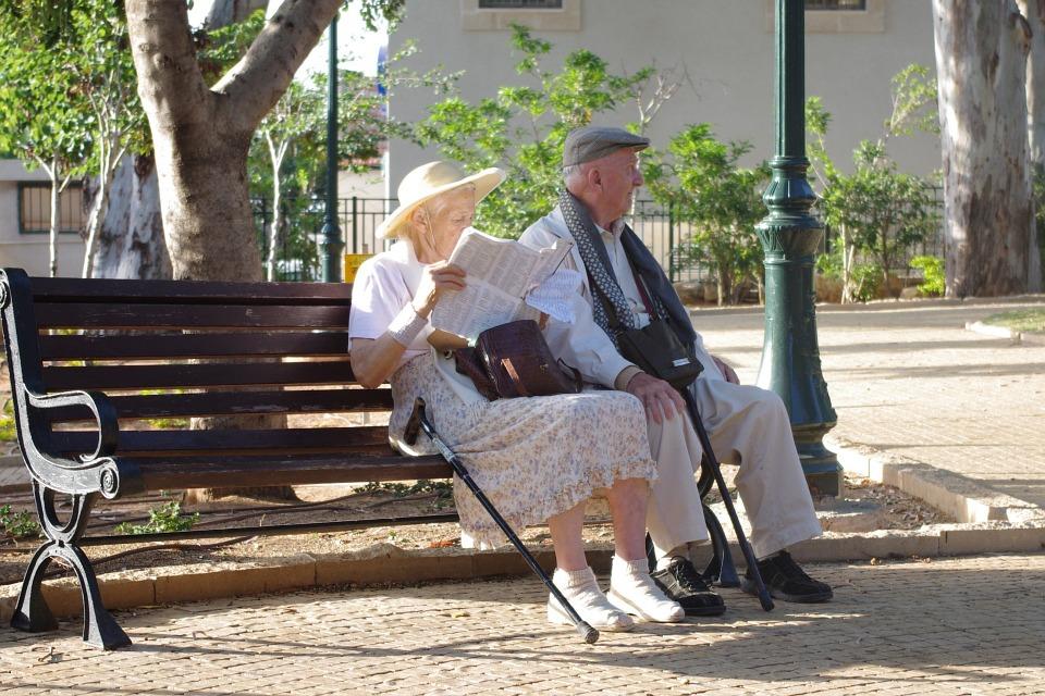 Un par de ancianos sentados en un parque
