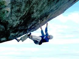 Persona escalando una montaña