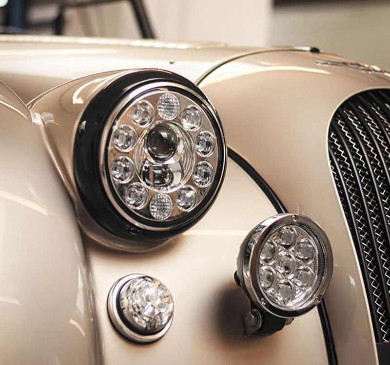 Retro-Auto mit Hightech-Funzeln: Morgan AR Plus 4.