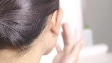 CU TU PAN R/F Young woman applying moisturiser