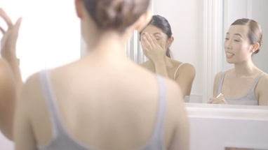 MS PAN Woman applying face cream and talking with friend