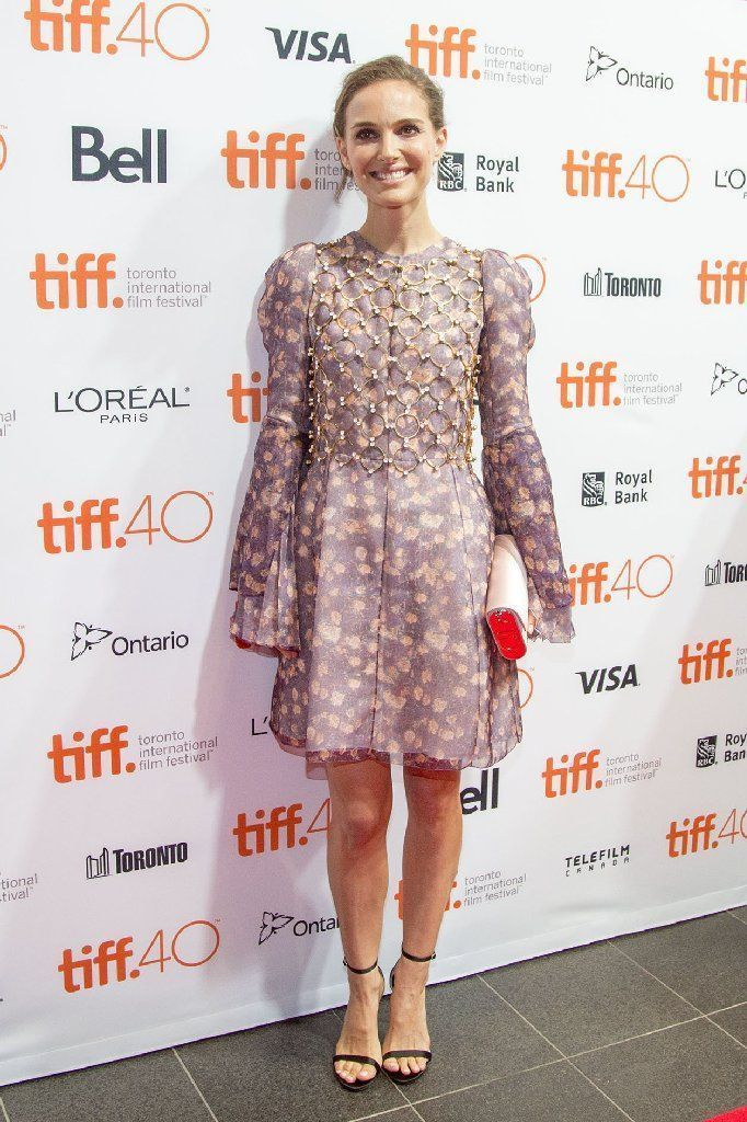 El Festival de Toronto se iluminó con la presencia de Natalie Portman con un vestido floral de Cristian Dior con mangas largas de campana