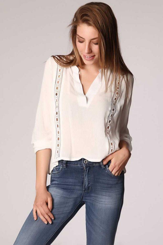 blusa-blanco-de-pico-con-aplicacion-de-crochet