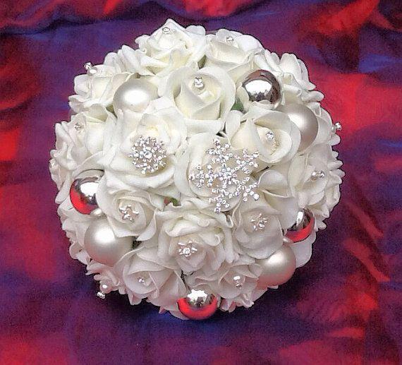rosas blancas mezcladas con flores de tonos empolvados como los rosas, los malvas y los moradas