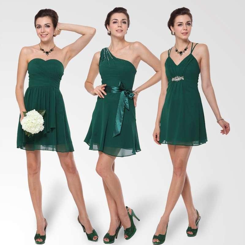 Como norma general para mujer, la ropa de boda de día es un vestido hasta las rodillas, como se dice, de corto. Lo ideal es un vestido de cóctel. Y si la boda es de tarde o noche, hay que ir con vestido largo.