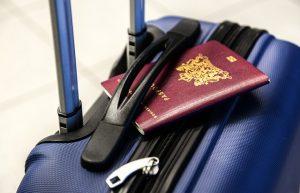 Hartschalenkoffer mit Reisepass