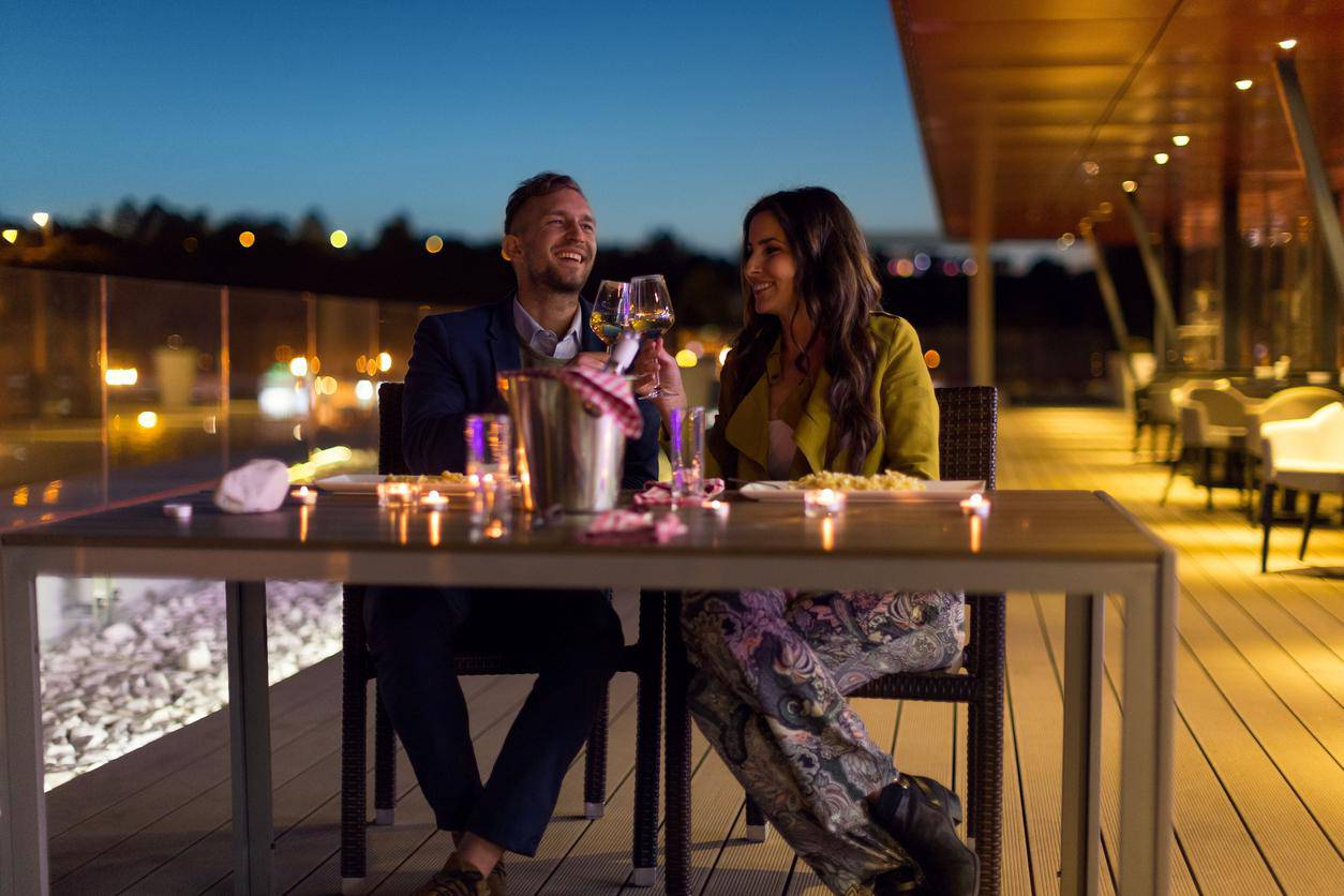 pareja brindando copas bar restaurante