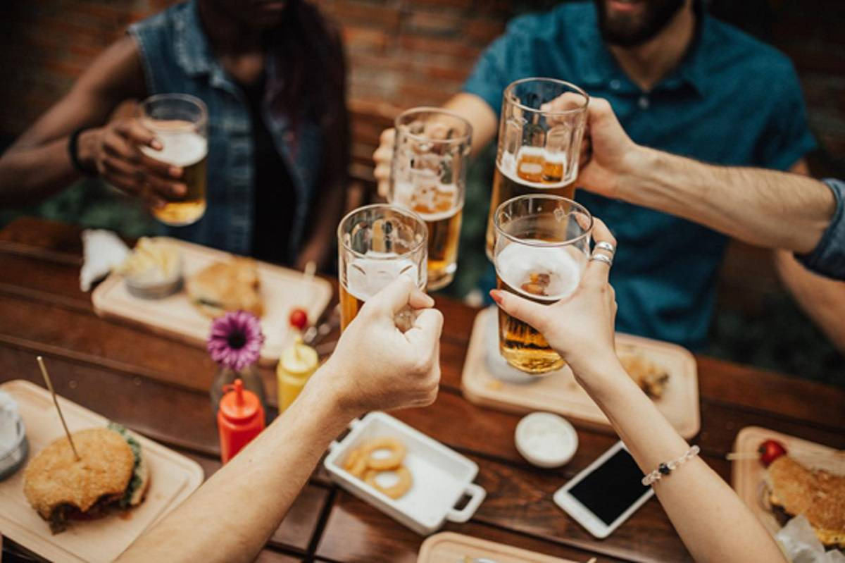 brindar cervezas
