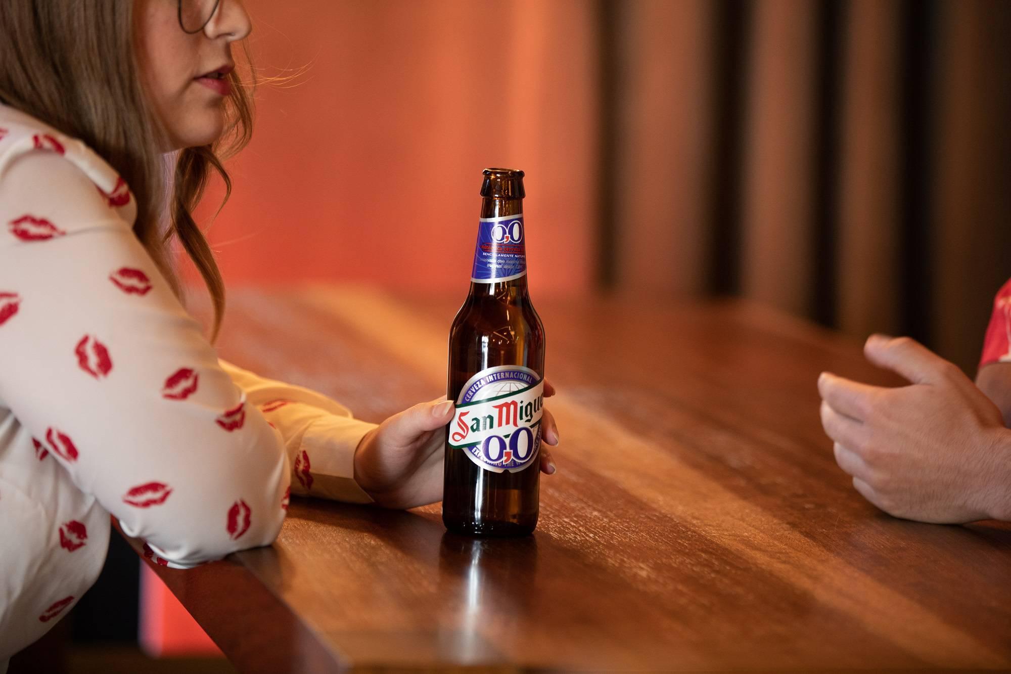 chicos bebiendo San Miguel 0,0