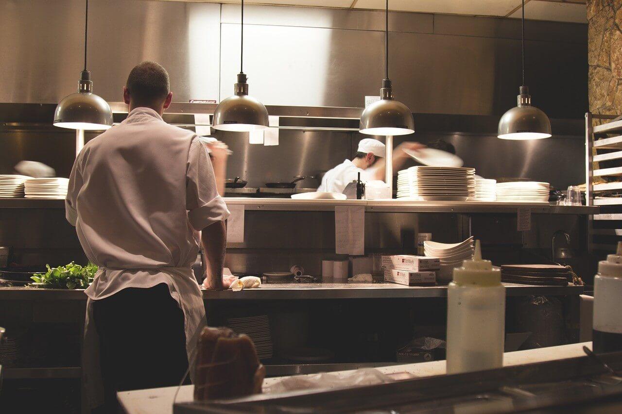 cocineros en una cocina de un restaurante