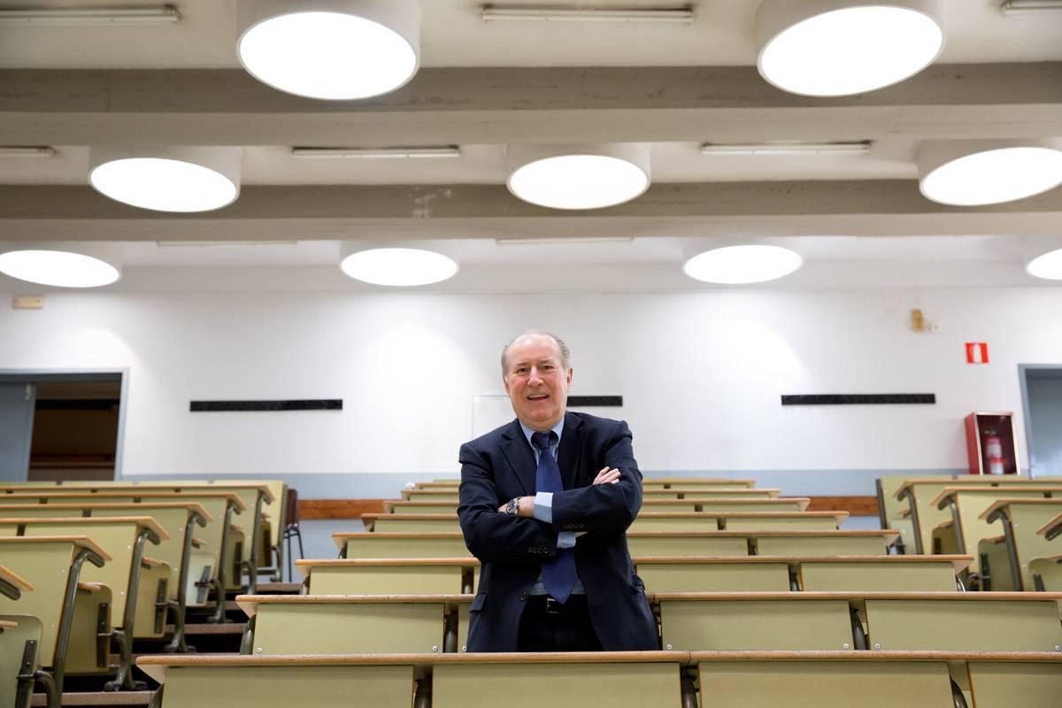 El economista José María Gay de Liébana en el aula universitaria