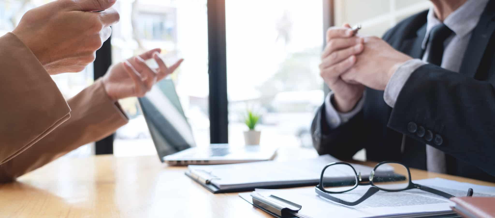 dois-homens-a-negociar-numa-mesa-de-escritorio