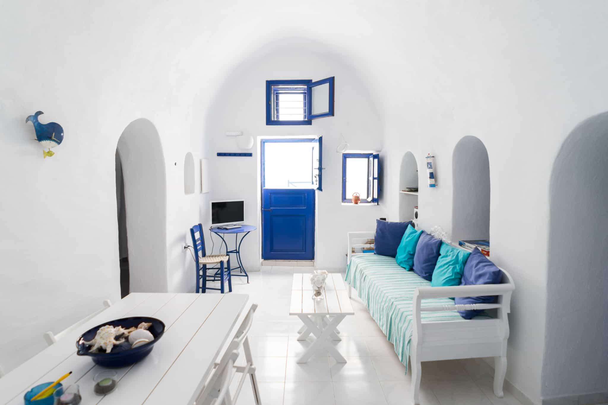sala de estar branca com mesa de refeiçoes e sofa