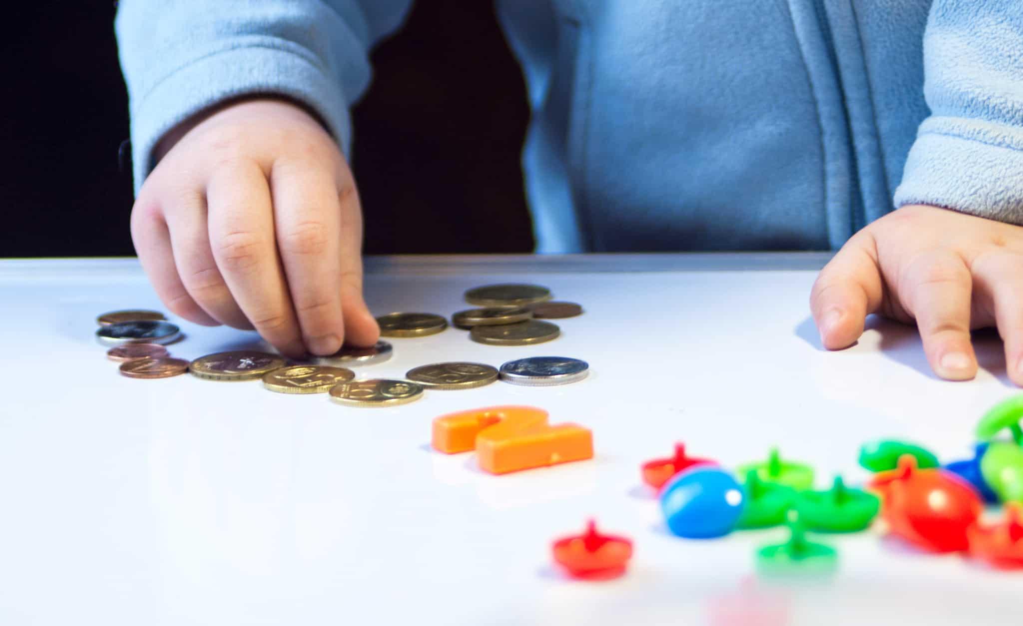 bebé-a-brincar-com-moedas-e-peças