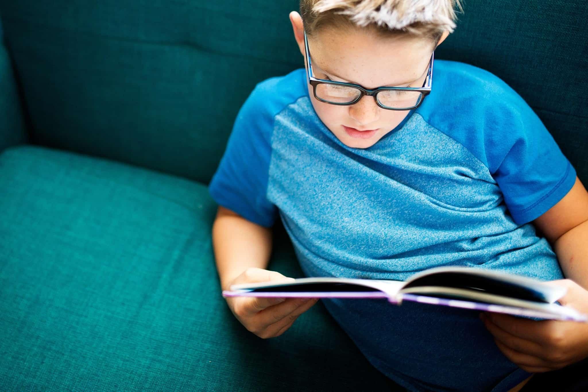 Criança sentada a ler um livro_