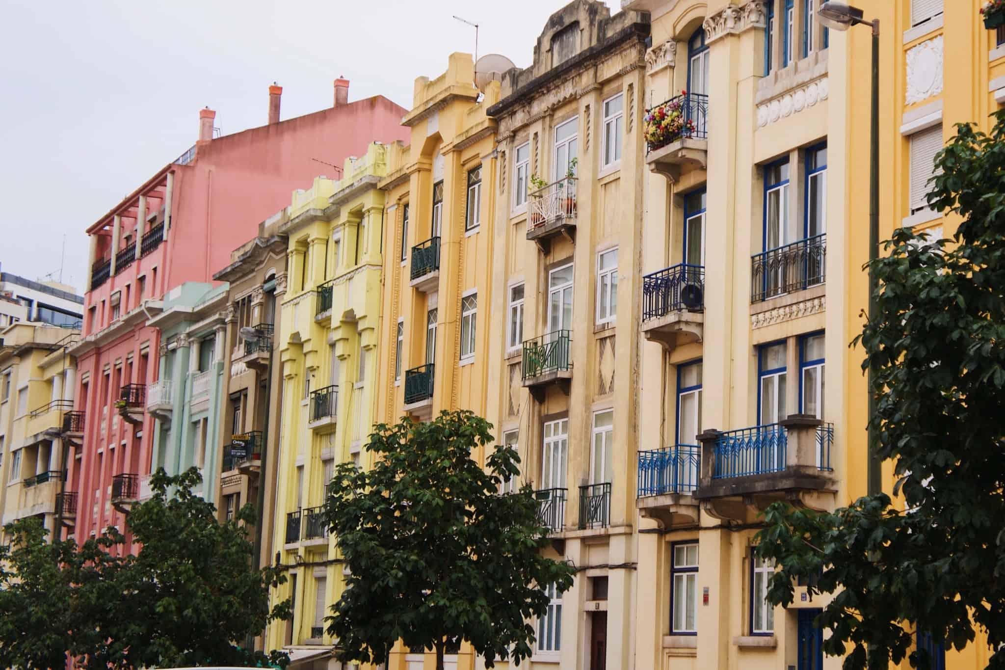 prédios amarelos em lisboa