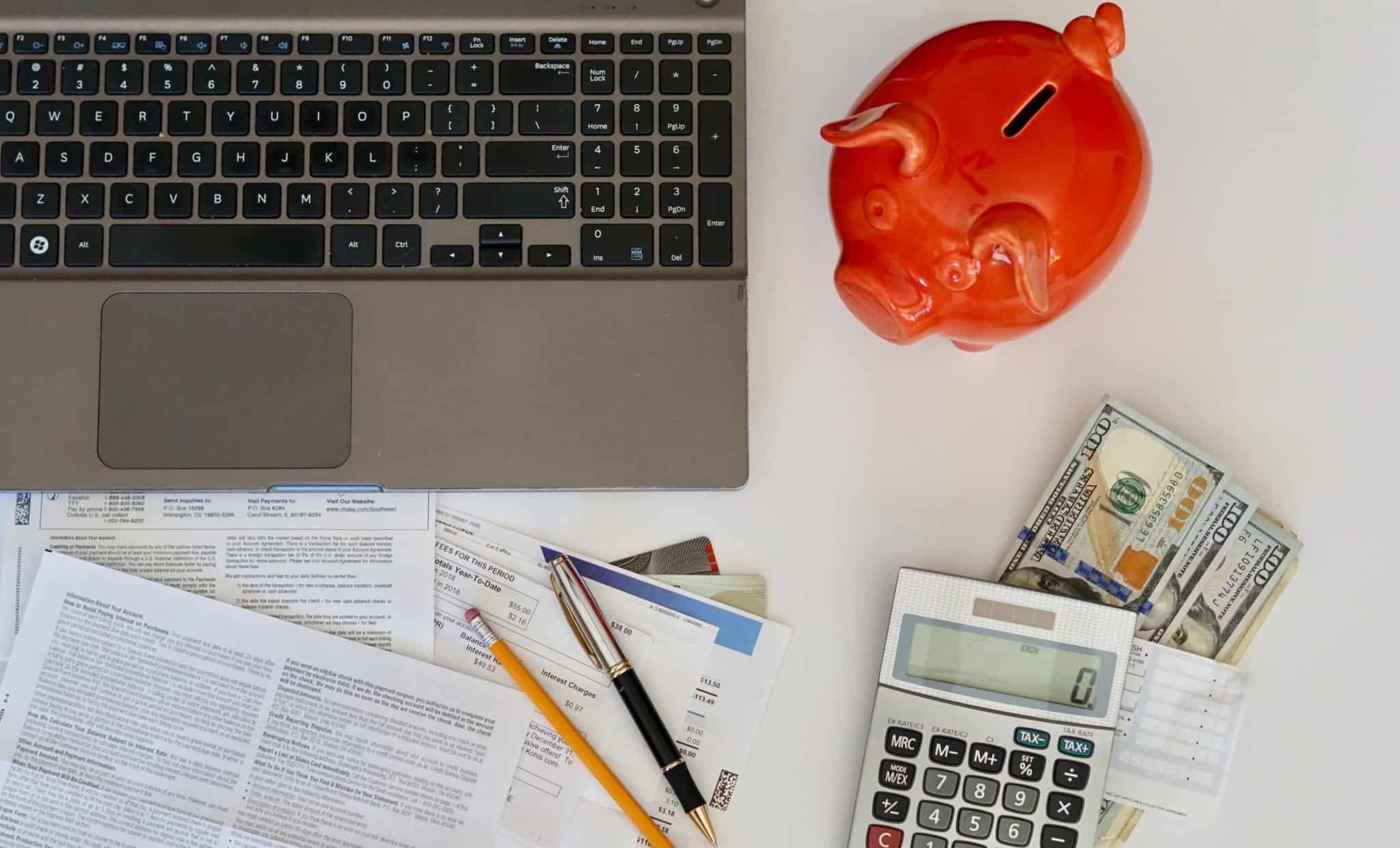 Mealheiro vermelho, notas e uma calculadora