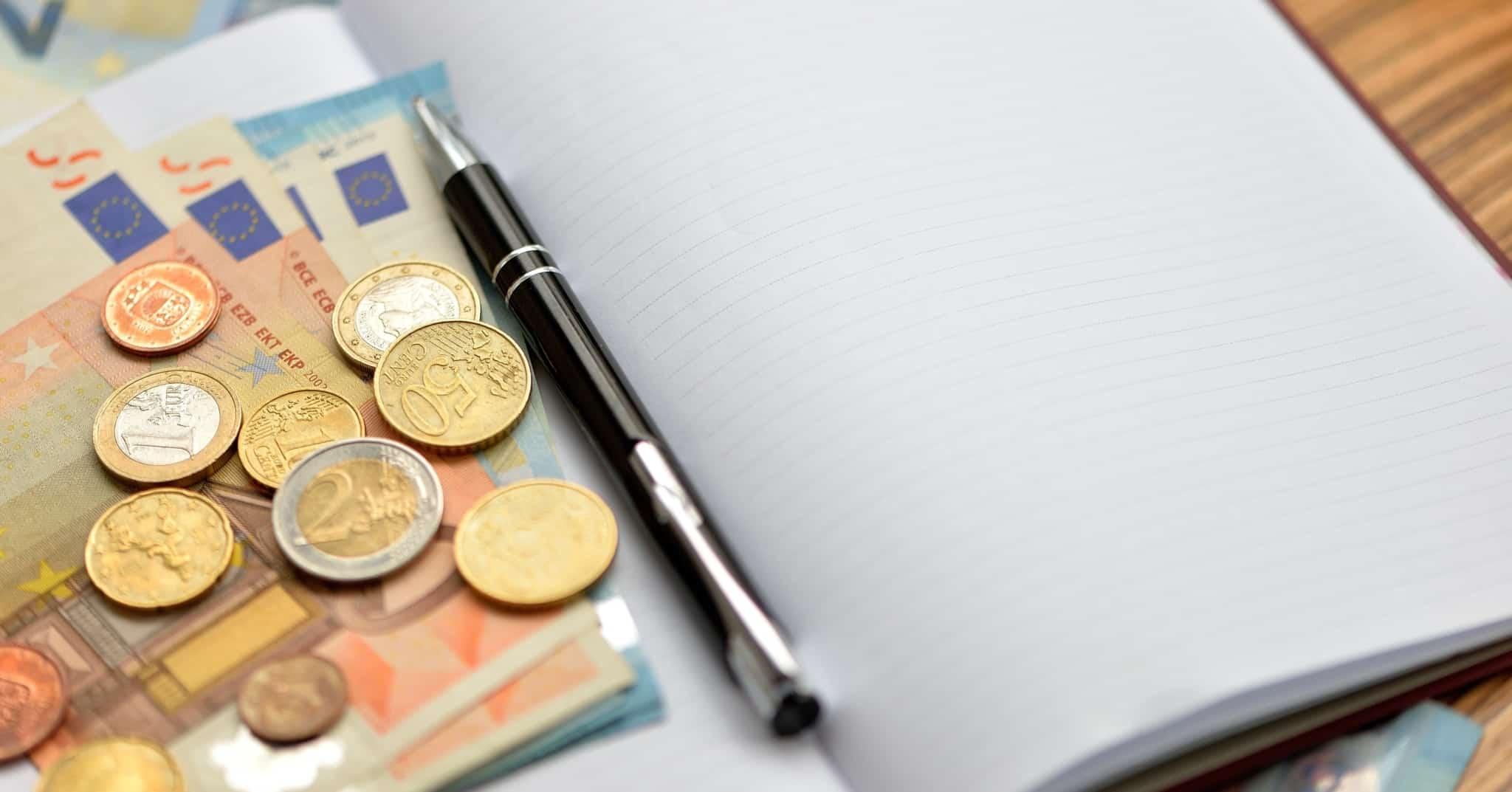 Caderno para fazer contas e dinheiro