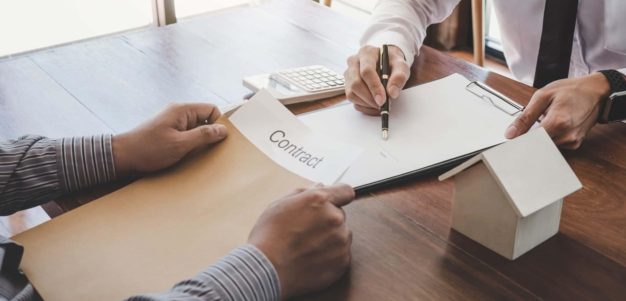 Duas pessoas a fechar um contrato de crédito habitação