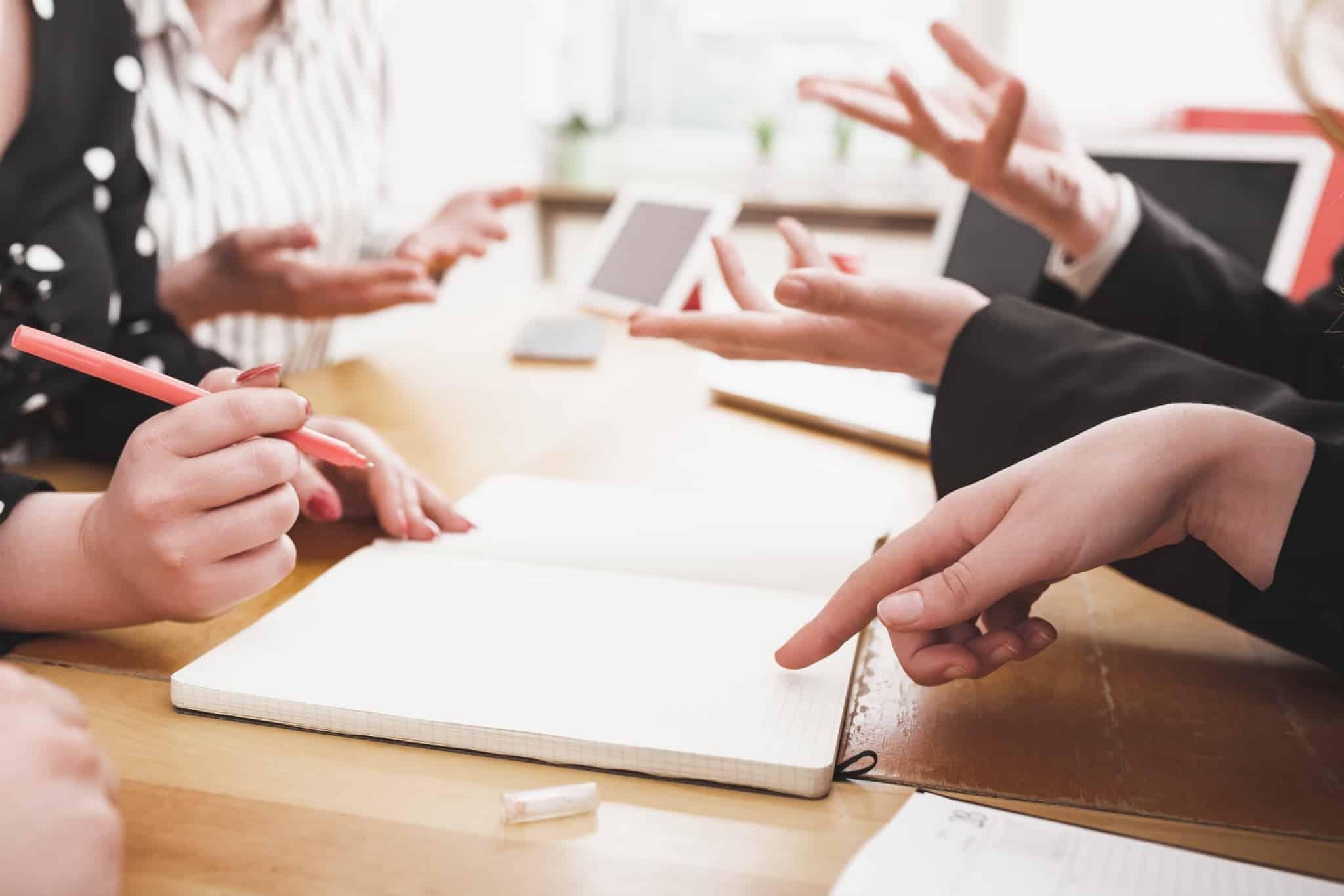 pessoas em reunião a conversar