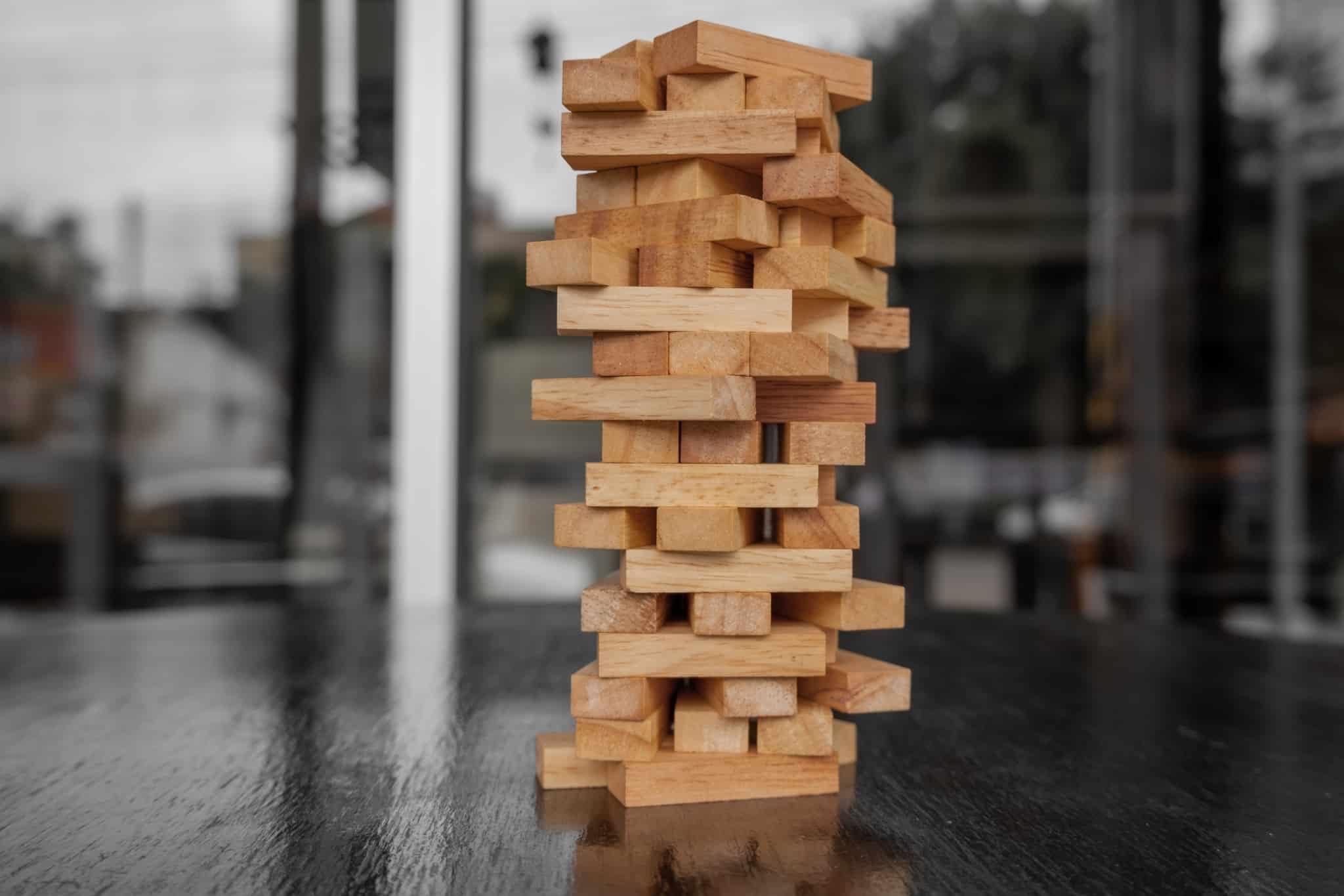 jogo jenga em madeira em cima da mesa