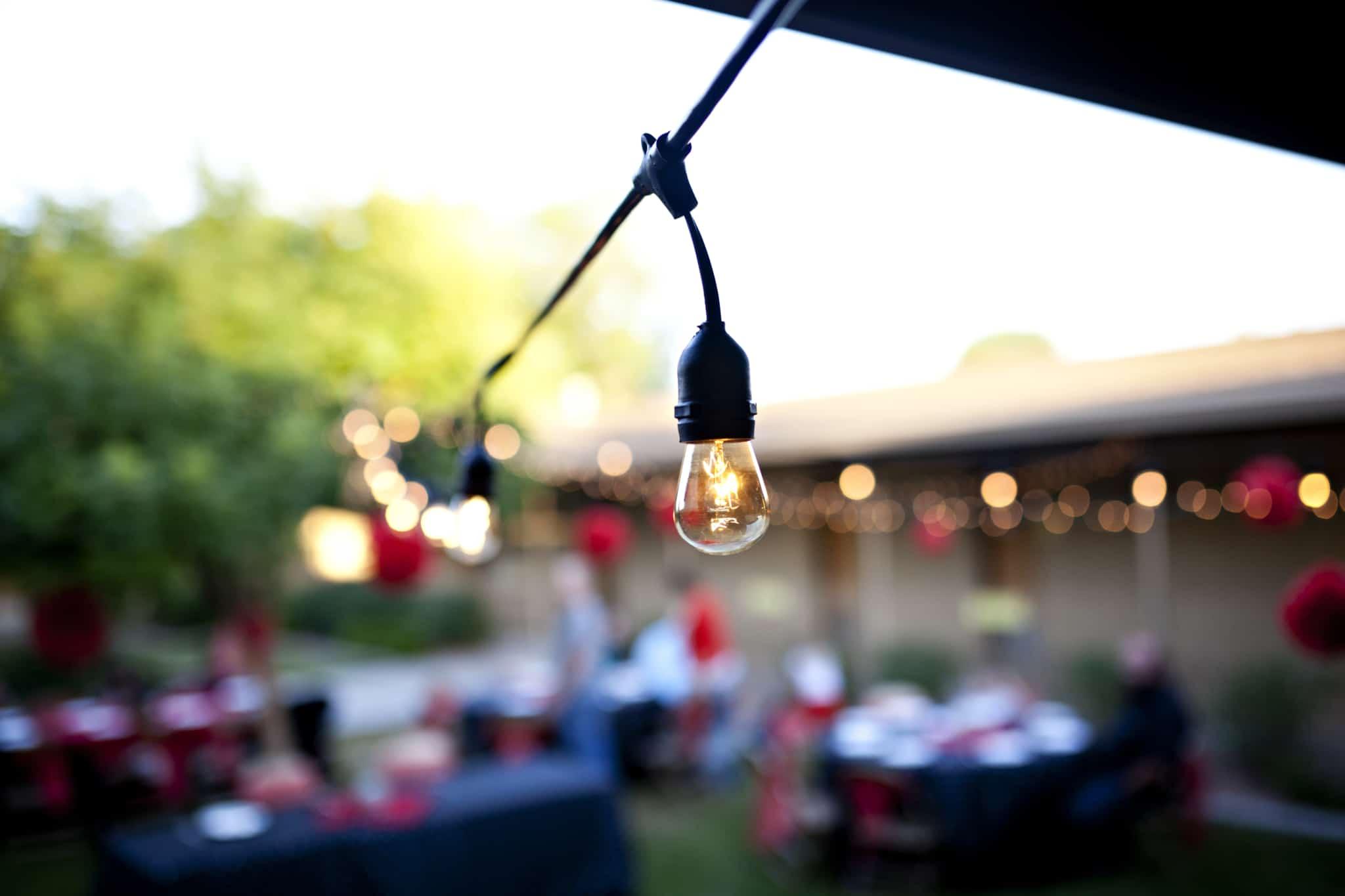 lâmpada pequena ligada no pátio