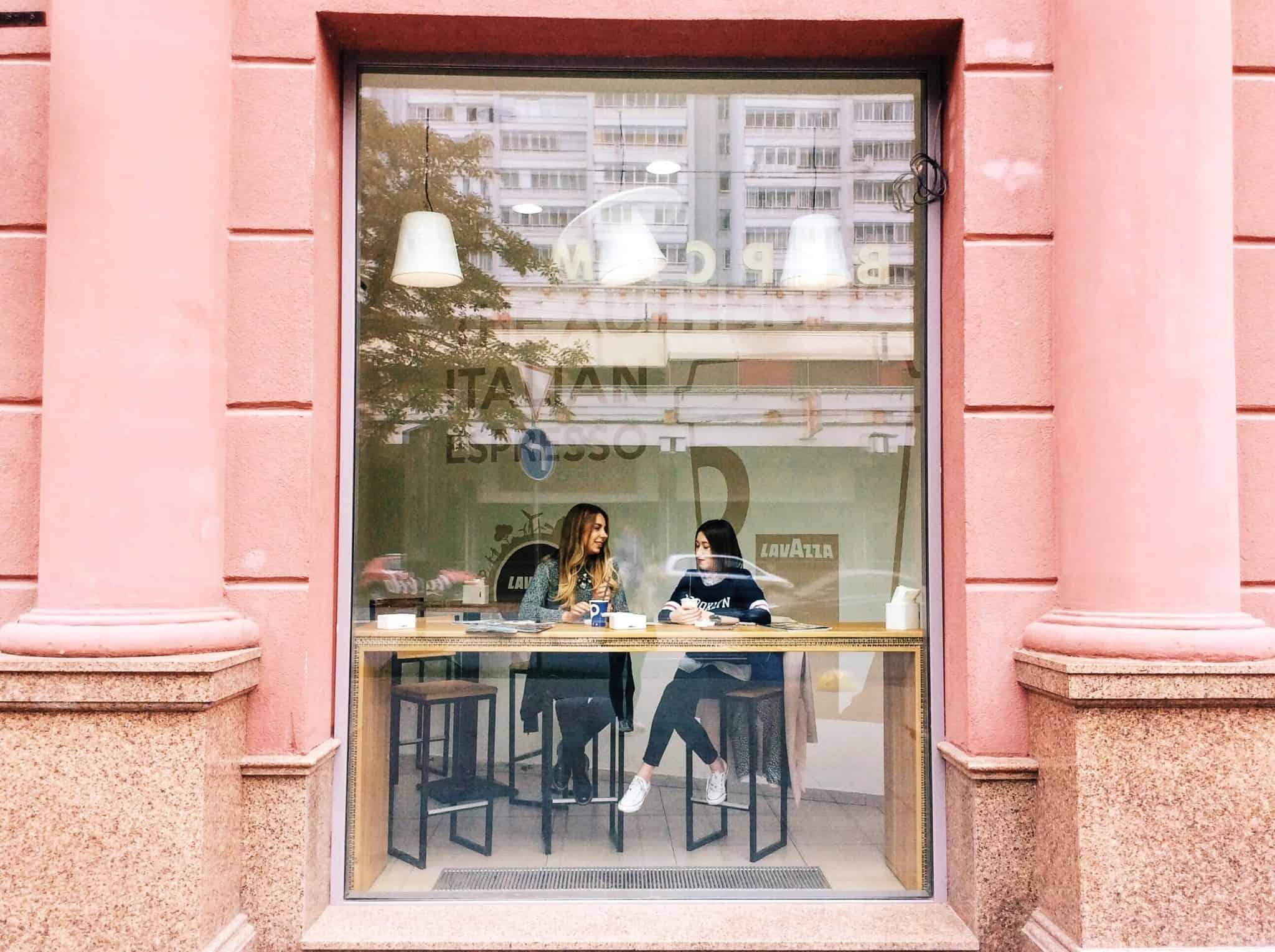 duas raparigas num café