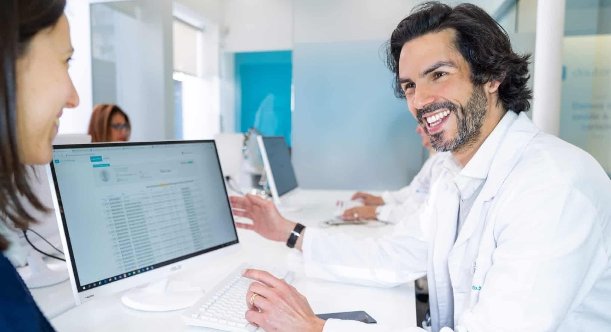 consultor doutor finanças a ajudar uma cliente