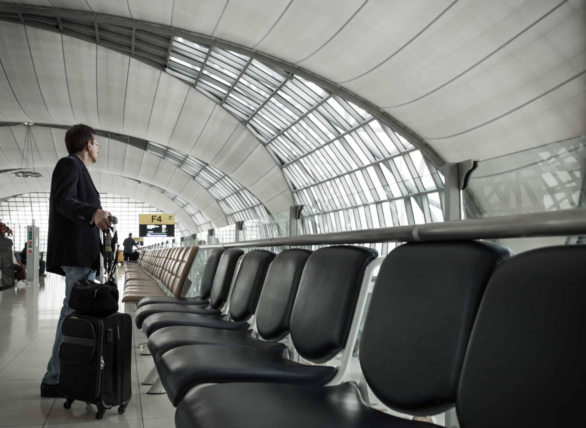 sala de espera de um aeroporto com homem a aguardar