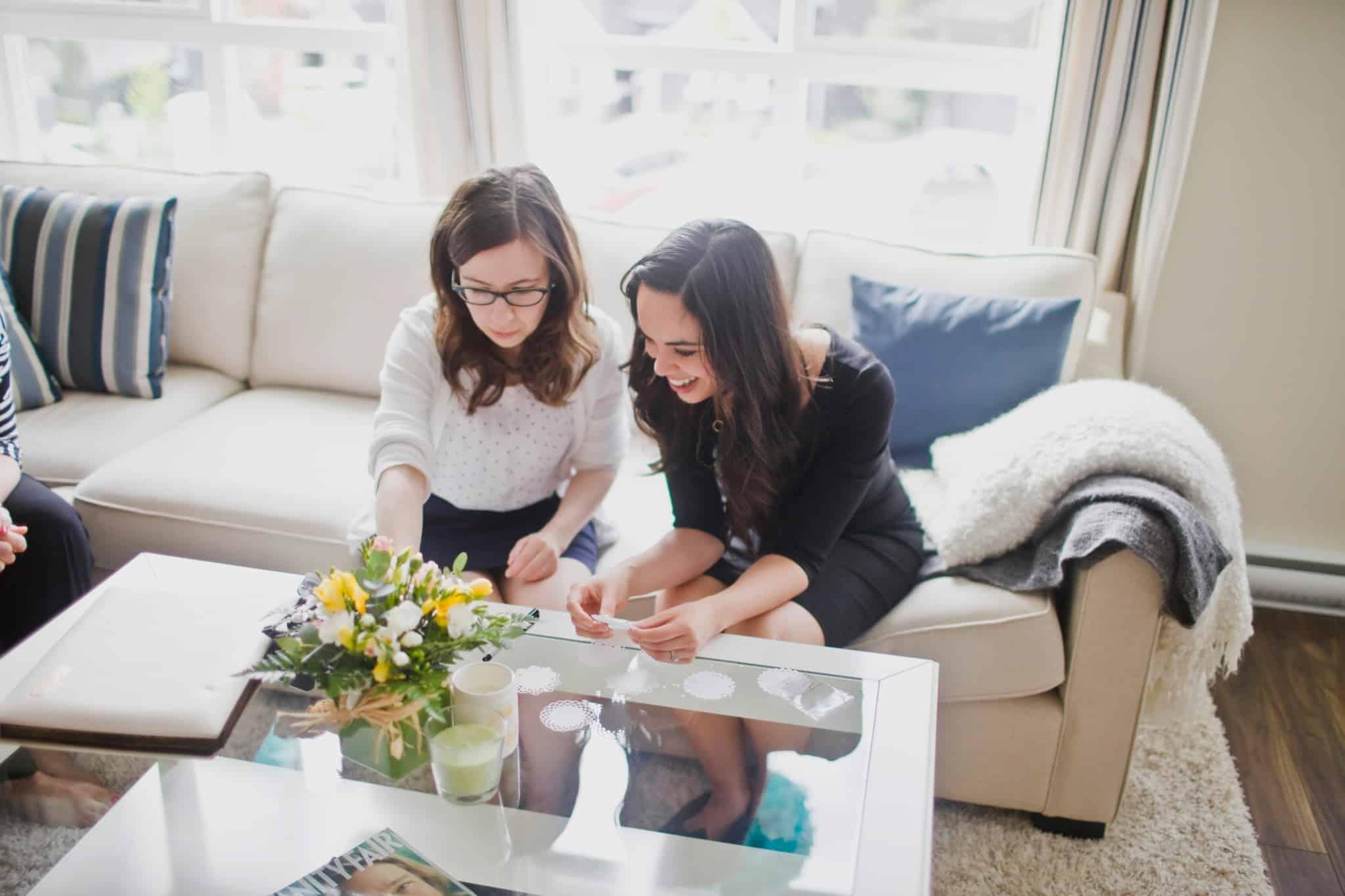 duas mulheres a conversar sobre a mesa