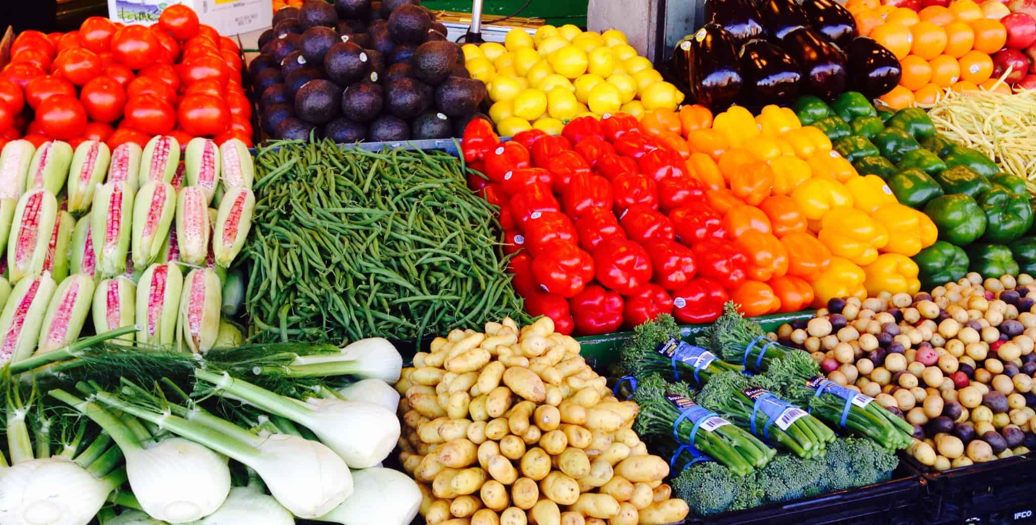 banca com legumes frescos