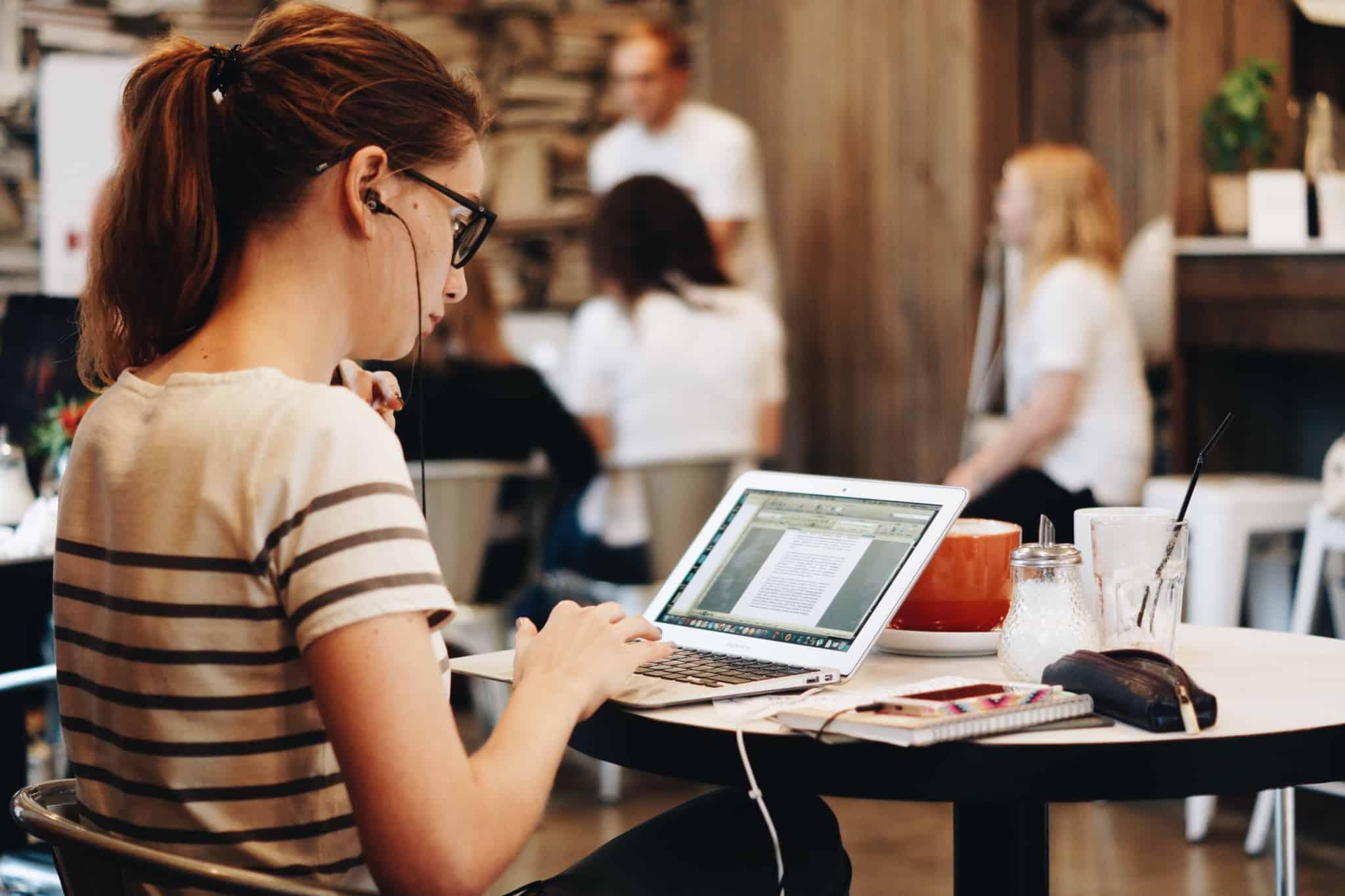 freelancer a trabalhar com um computador num café
