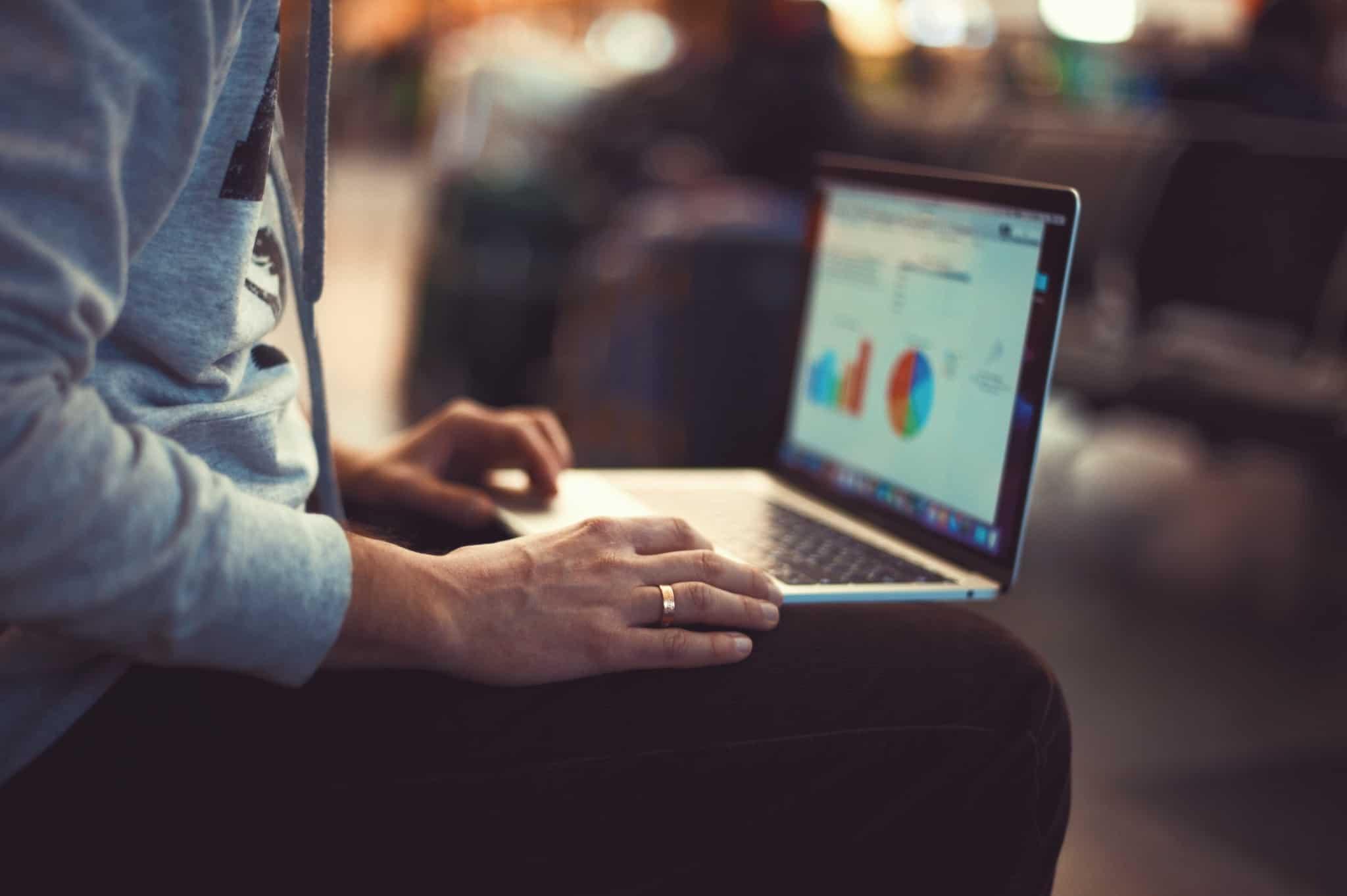 laptop com grafico no colo