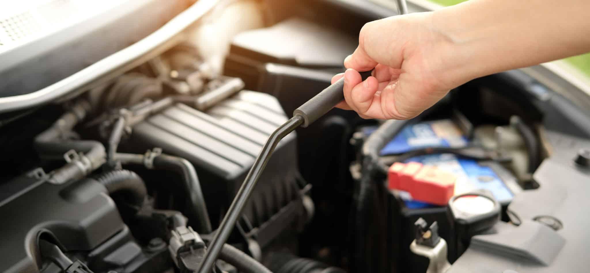 Carro com capot aberto para manutenção_carro avariado