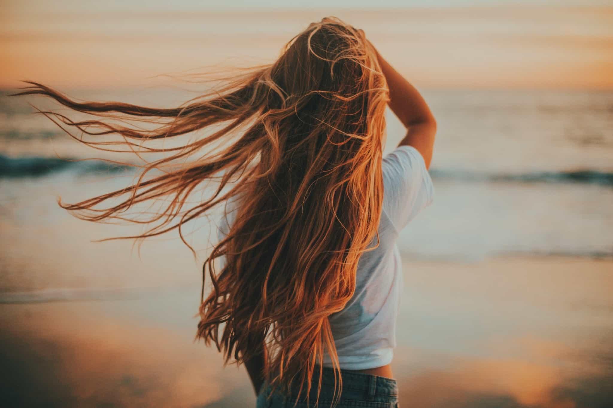 rapariga com cabelo louro comprido
