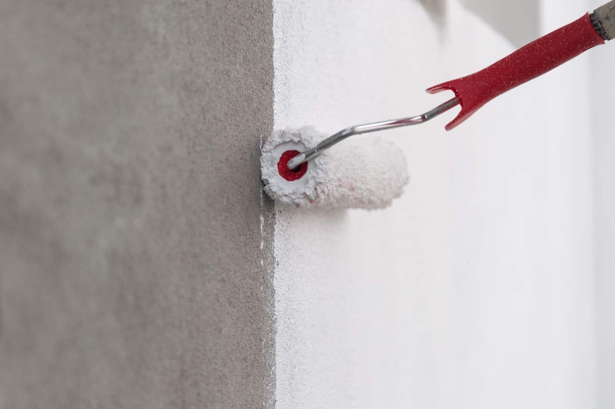 pintar parede de branco com rolo
