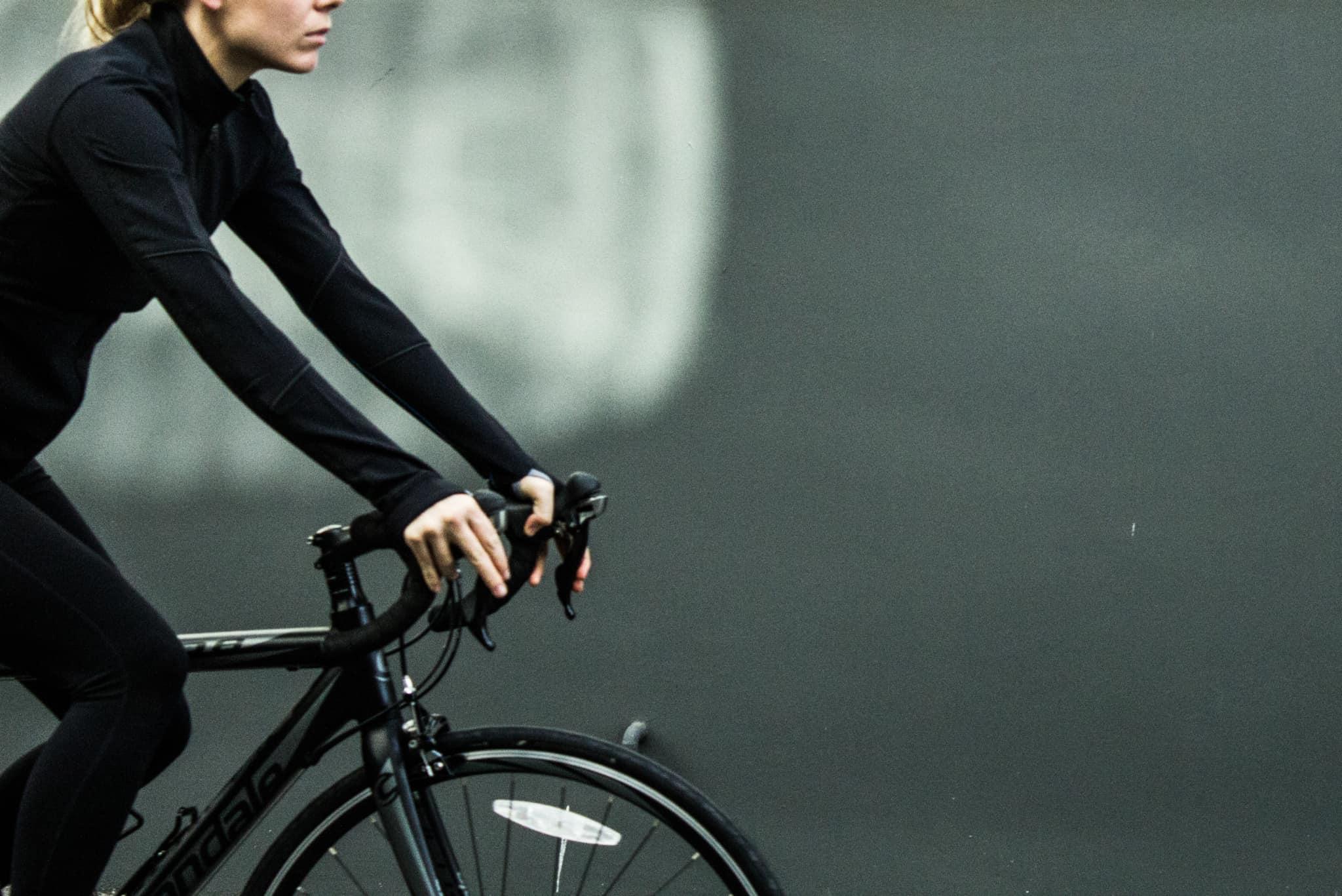 mulher a andar de bicicleta