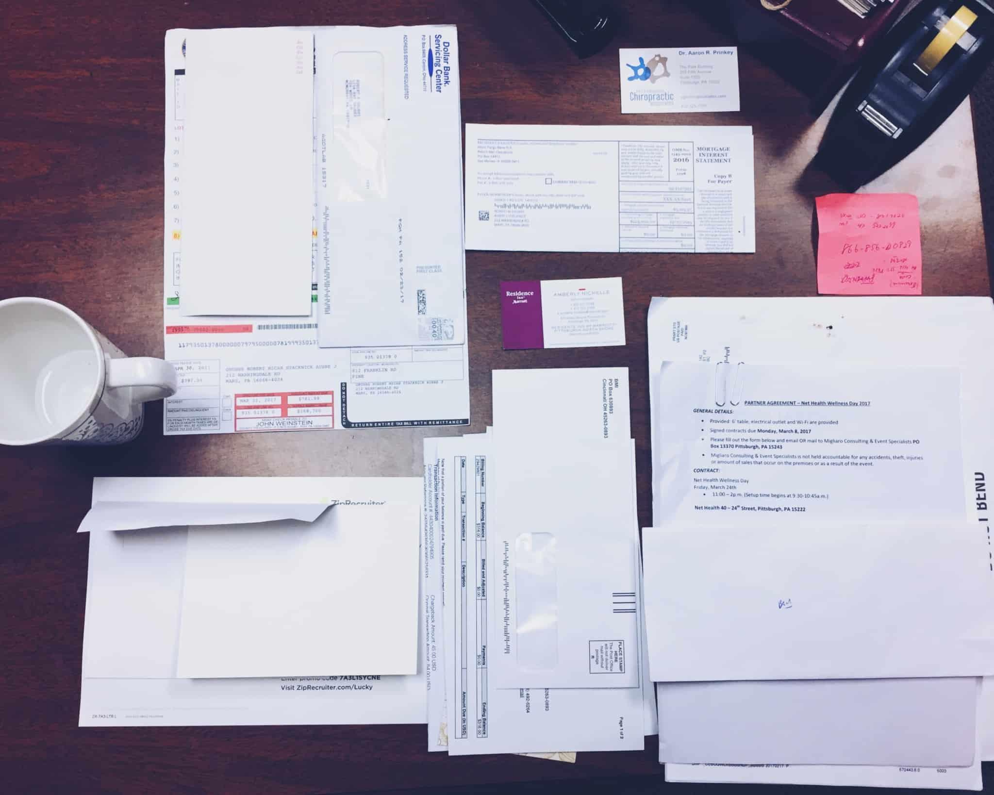 varias cartas e papeis em cima da secretaria