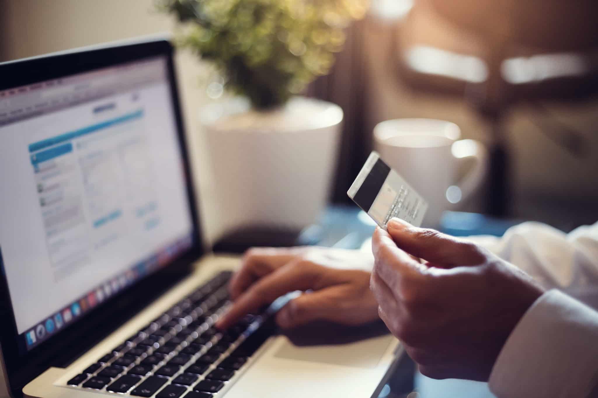 fazer compras online com cartao de crédito na mão