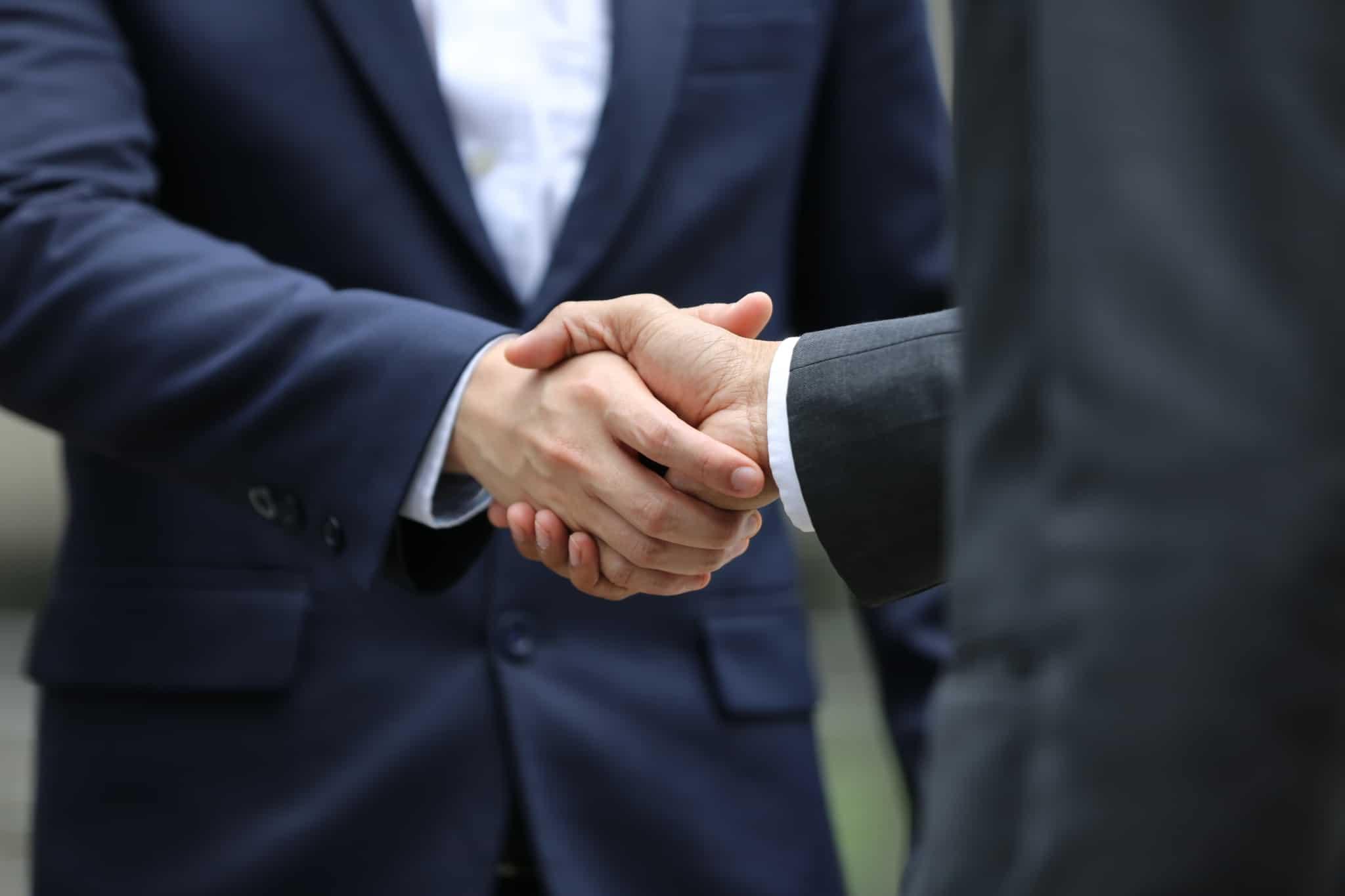 aperto de mão a fazer um negócio