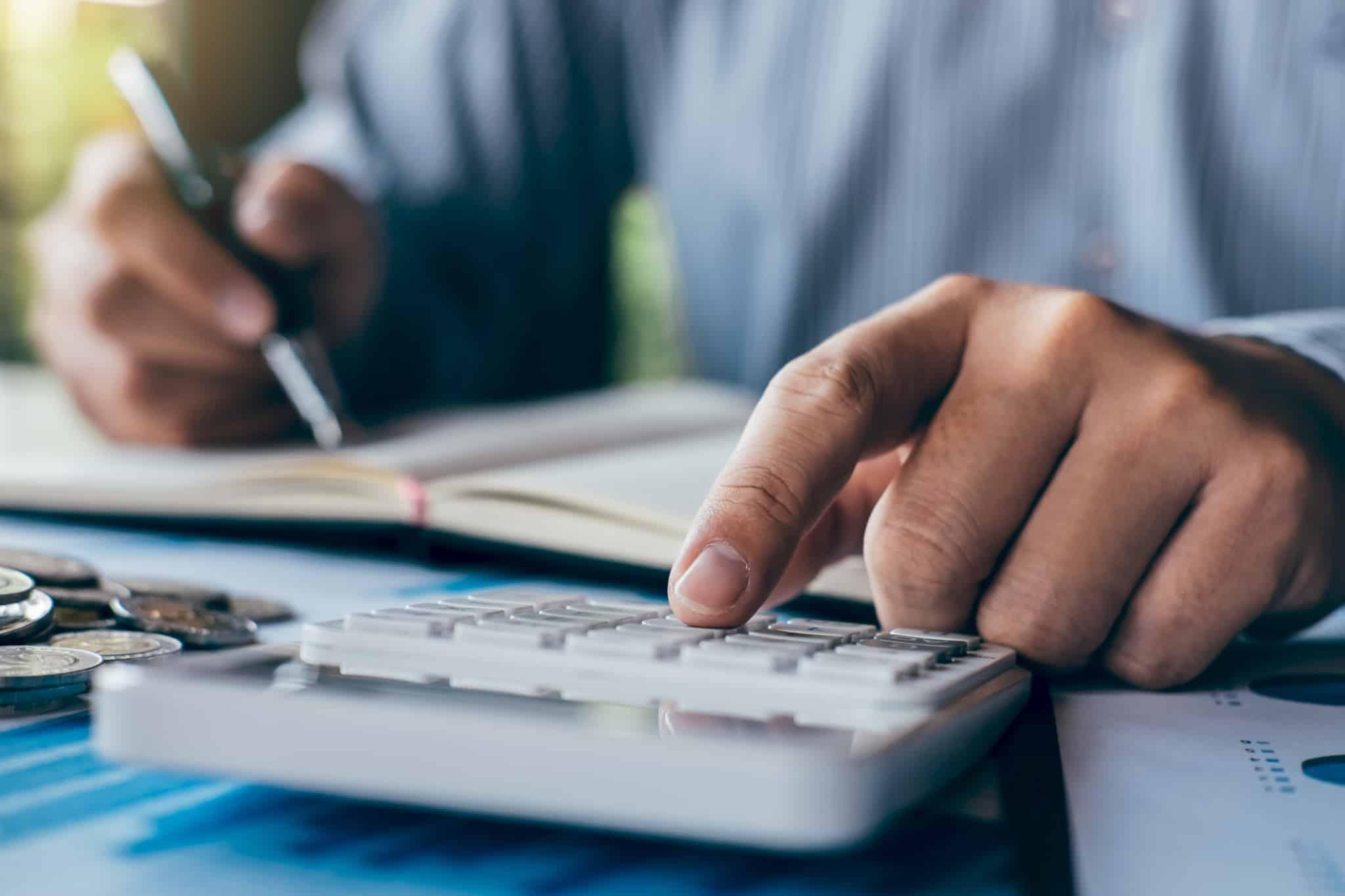 a fazer contas na calculadora e a anotar no bloco